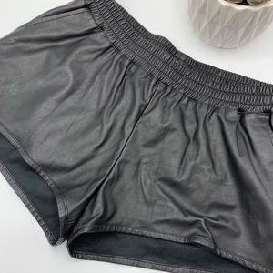 ⬜️ H & M divided faux leather shorts